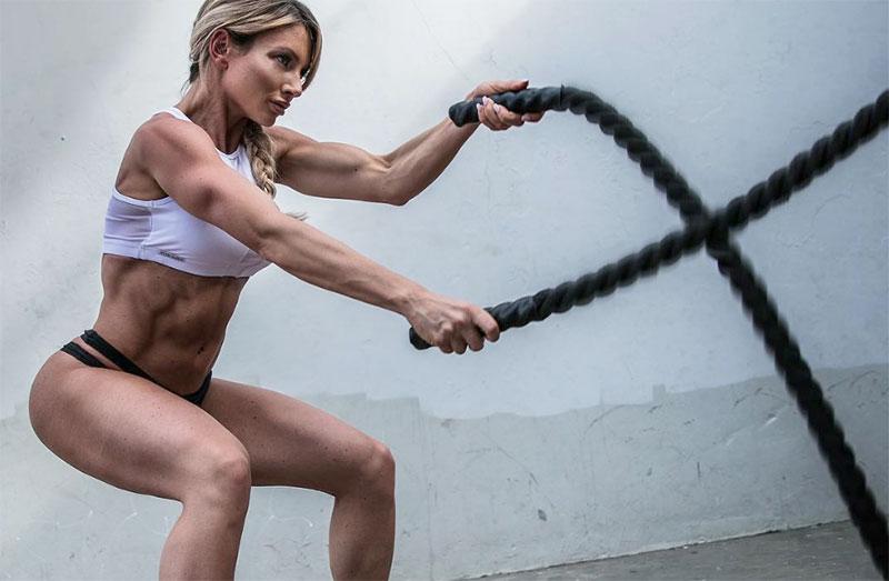 Фитнес во время, до и после месячных — как правильно тренироваться?