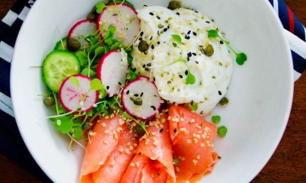 Свежий салат с лососем и йогуртом