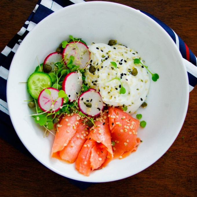 Свежий салат с лососем и йогуртом рецепт